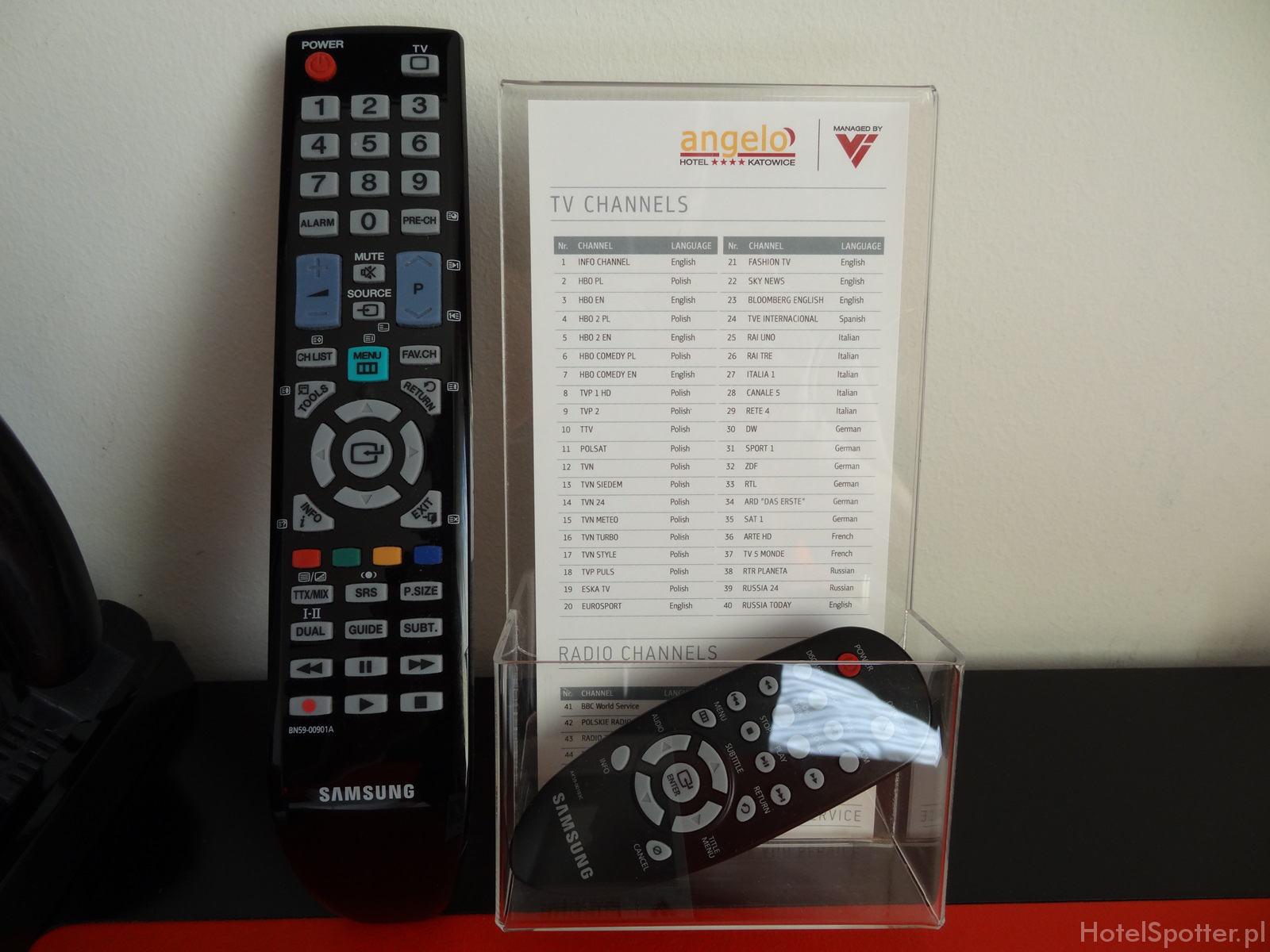 angelo Hotel Katowice - piloty to TV i DVD Samsung