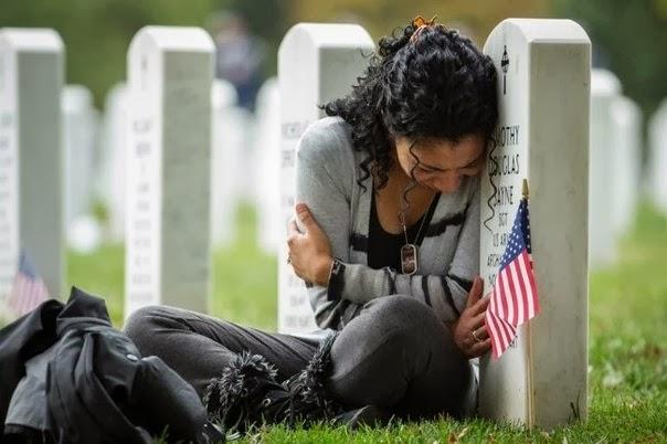 молодая женщина оплакивает погибшего мужа