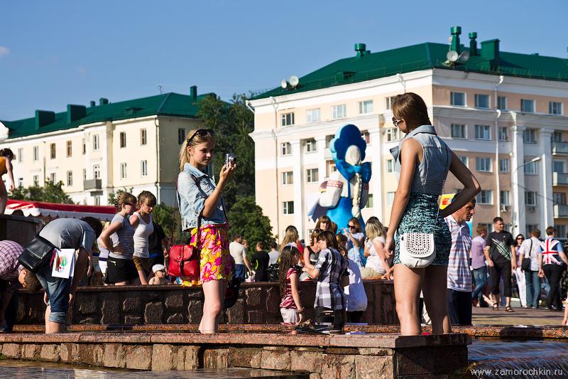 Девушки фотографируются в фонтане