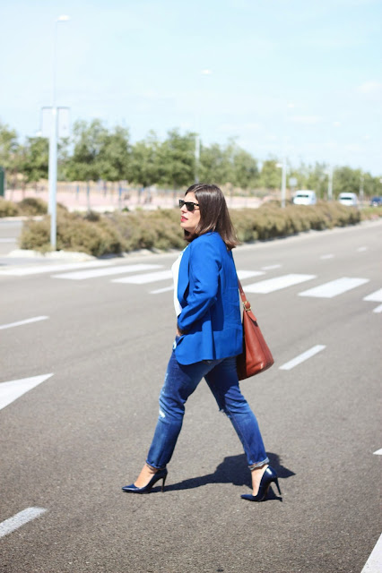 photo-look-street_style-blue_blazer-ripped_jeans-zara-coach_bag