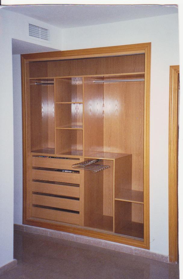 Armario empotrado con pantalonera todo en carpinter a - Como forrar las puertas de un armario ...