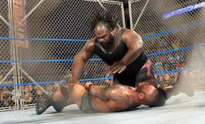 mark henrry maltratando a randy orton en steel cage match