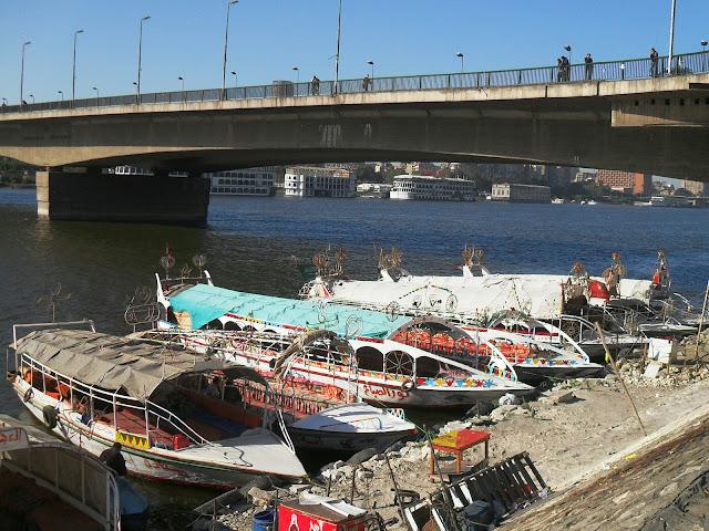 Прогулочные кораблики для  туристов на причале в Ниле