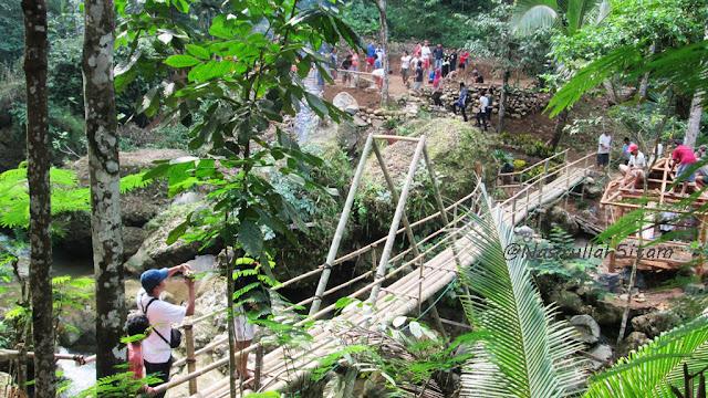 Jembatan penyeberangan terbuat dari bambu