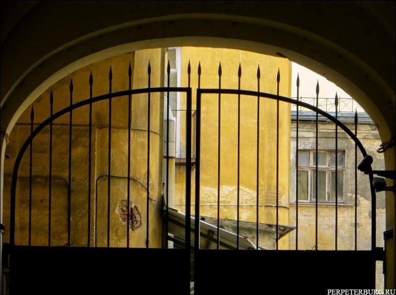 Ворота во двор в Санкт-Петербурге