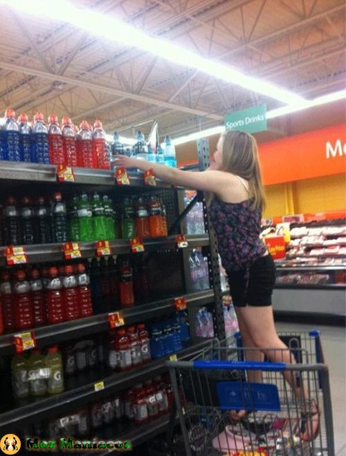 Até as lojas de de supermercado o discriminam e o forçam  a fazer coisas como esta