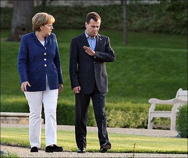 صور مضحكة - Medvedev and Merkel