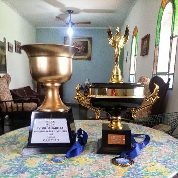 Gustavo exibe troféus e medalhas conquistados no Mister Guaruja 2013. Foto: Reprodução