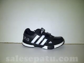 Sepatu anak adidas warna hitam