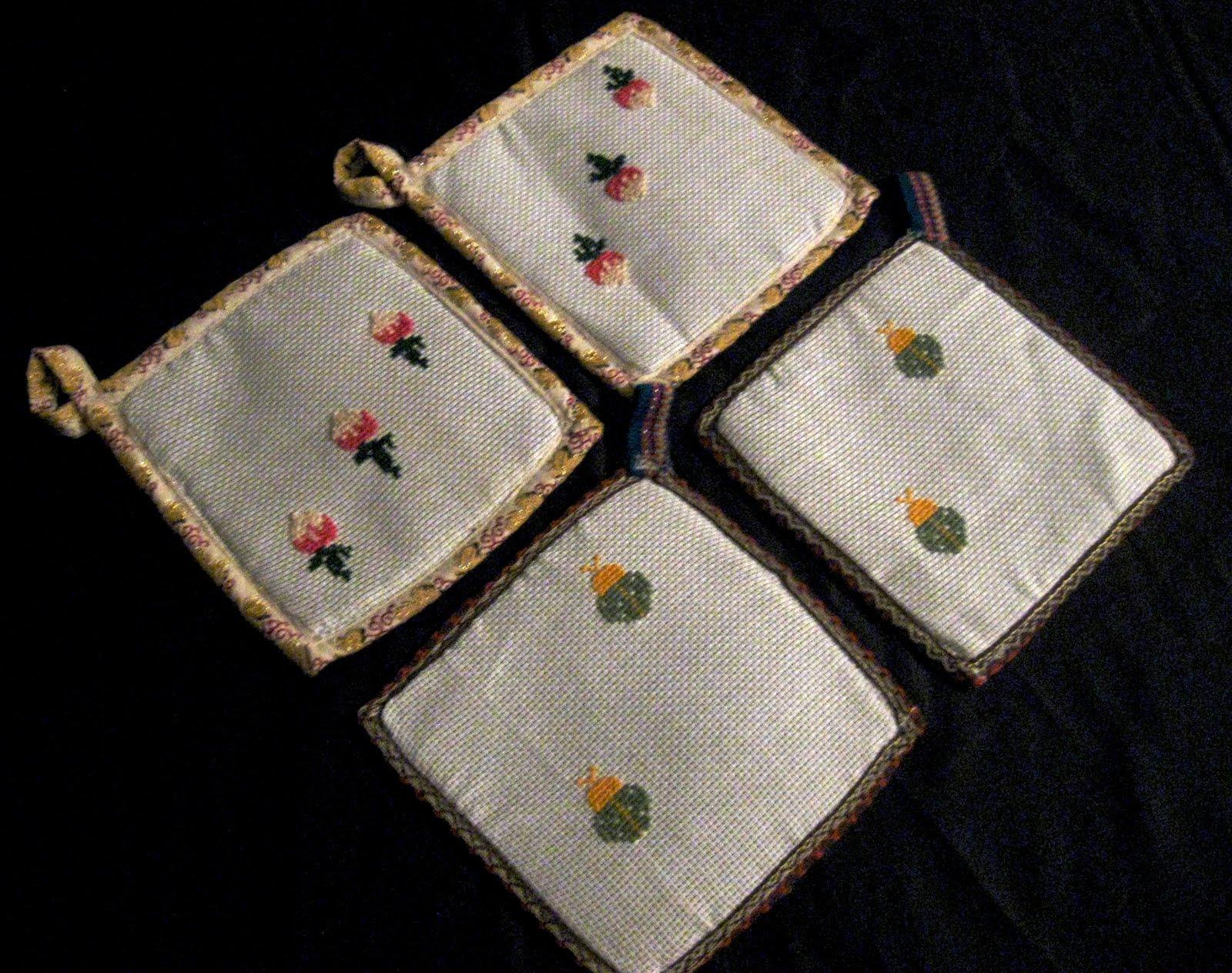 Agarradores de color azul con bordes celestes tejidos a crochet (AGAyC
