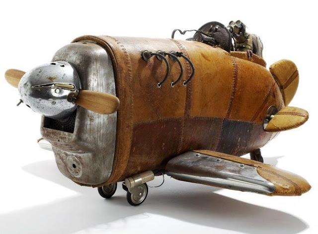 скульптура самолёта из кожи и других подручных средств