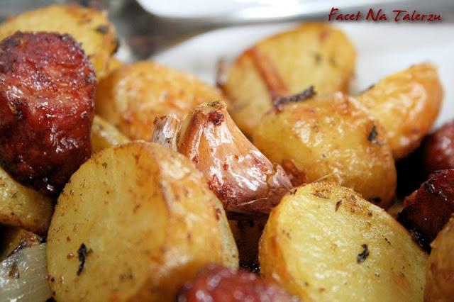 młode ziemniaki pieczone z kiełbasą, czosnkiem i cebulą