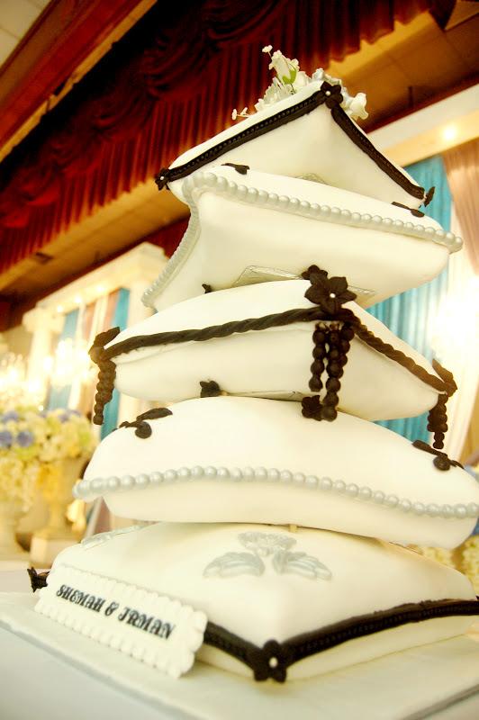 Cantik Cupcake: 5 TIER PILLOW CAKE - White Silver Black Theme