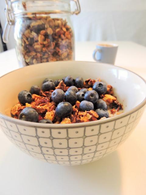 Bol de Granola aux éclats de chocolat noir, cranberries et noix de pécan