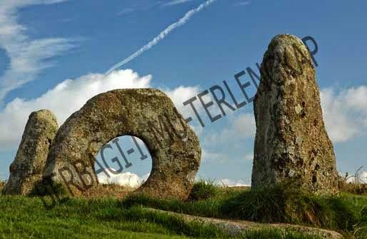 Melalui batu berlubang di Men-an-Tol, Inggris