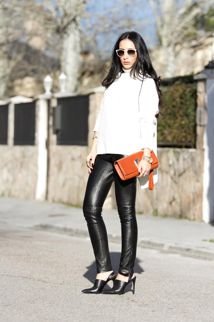 Streetstyle pantalones de piel y jersey oversized con asimetrías