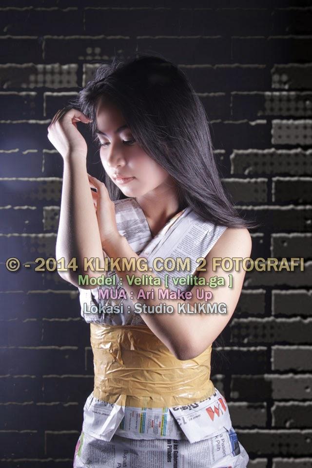 Si Sexy Velita Berbalutkan Koran Nan Menawan & Anggun | MUA : Ari Make Up | Foto oleh KLIKMG Fotografi [2]