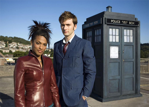 Freema Agyeman, David Tennant y la Tardis.