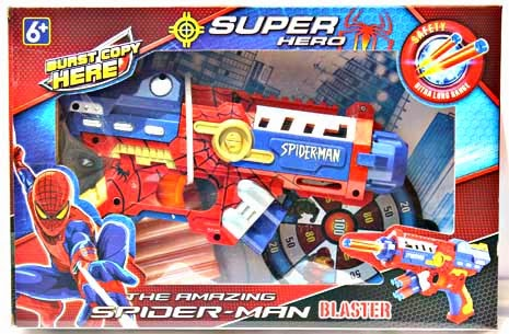 Kado ulang tahun berupa mainan senjata Spiderman yang aman bagi anak.