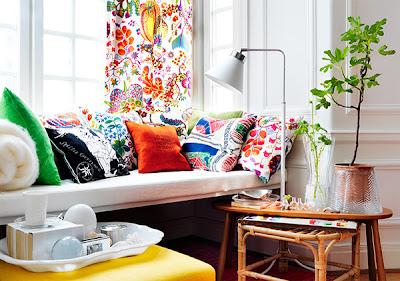 sofá tecido com almofadas decorativas