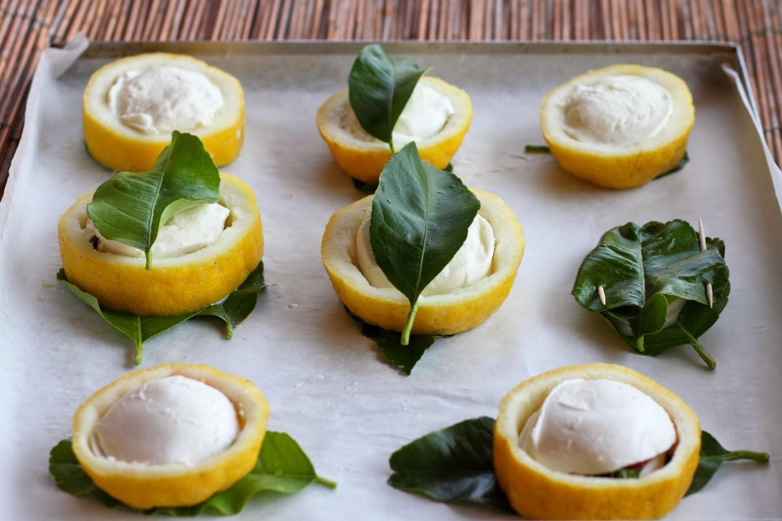 limoni e foglie di limone ripieni di mozzarella