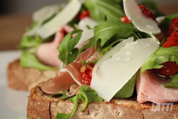 Toast met twee soorten ham en olijventapenade