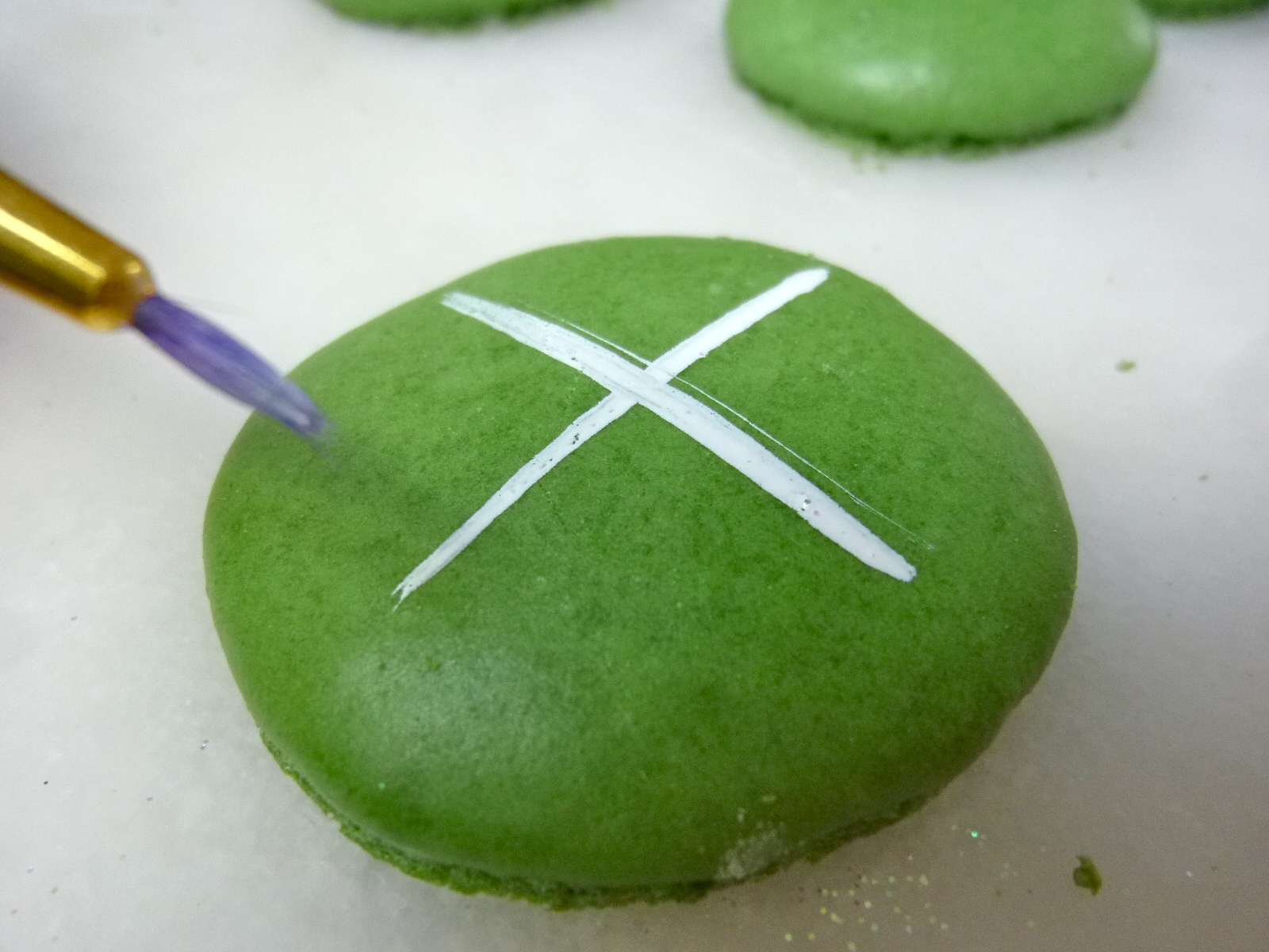 Diary of a Mad Hausfrau: Vanilla Spearmint Sparkling Snowflake Macarons