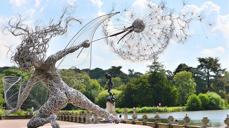 Increíblemente dinámicas esculturas de hadas hechas de alambres de acero danzan en el viento