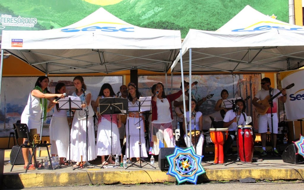 Formado desde 2009, o grupo Encantos e Batuques reúne vários artistas amigos que resolveram tocar juntos ritmos de raiz da cultura brasileira