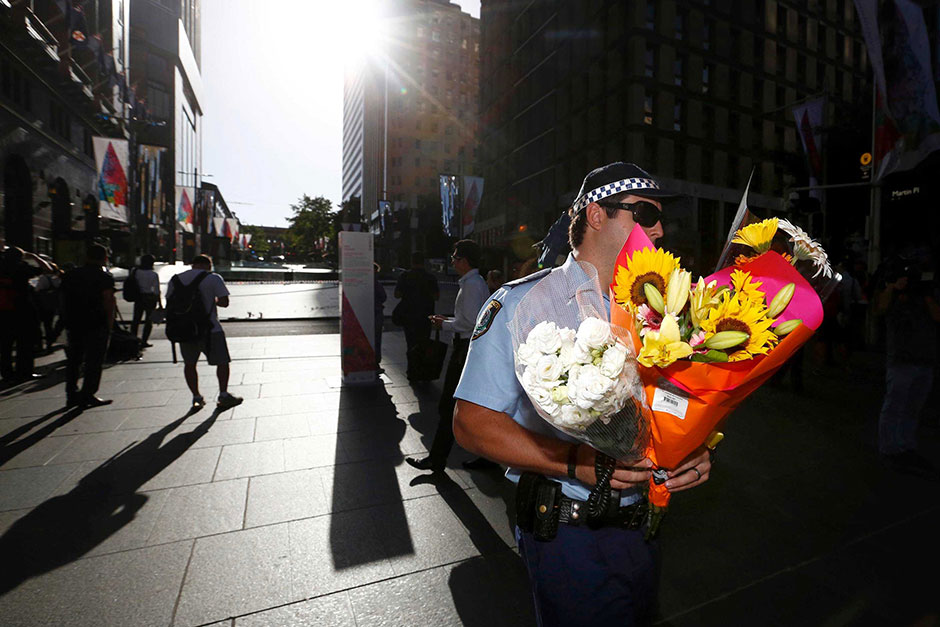 http://2.bp.blogspot.com/-fgvjgTKt9Fc/VI_YhQtcHiI/AAAAAAAAHnk/RFuSNJov5eU/s1600/police-carry-flowers-left-to-mourn-siege-victims-data.jpg