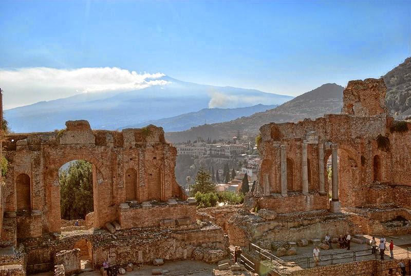 Taormina, situada frente al Volcán Etna