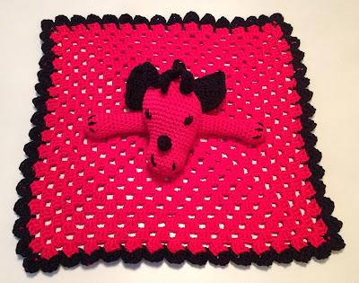 Hæklet trøstetæppe til baby med rød drage. Mønster. Crocheted  security blanket with red dragon. Etsy pattern.