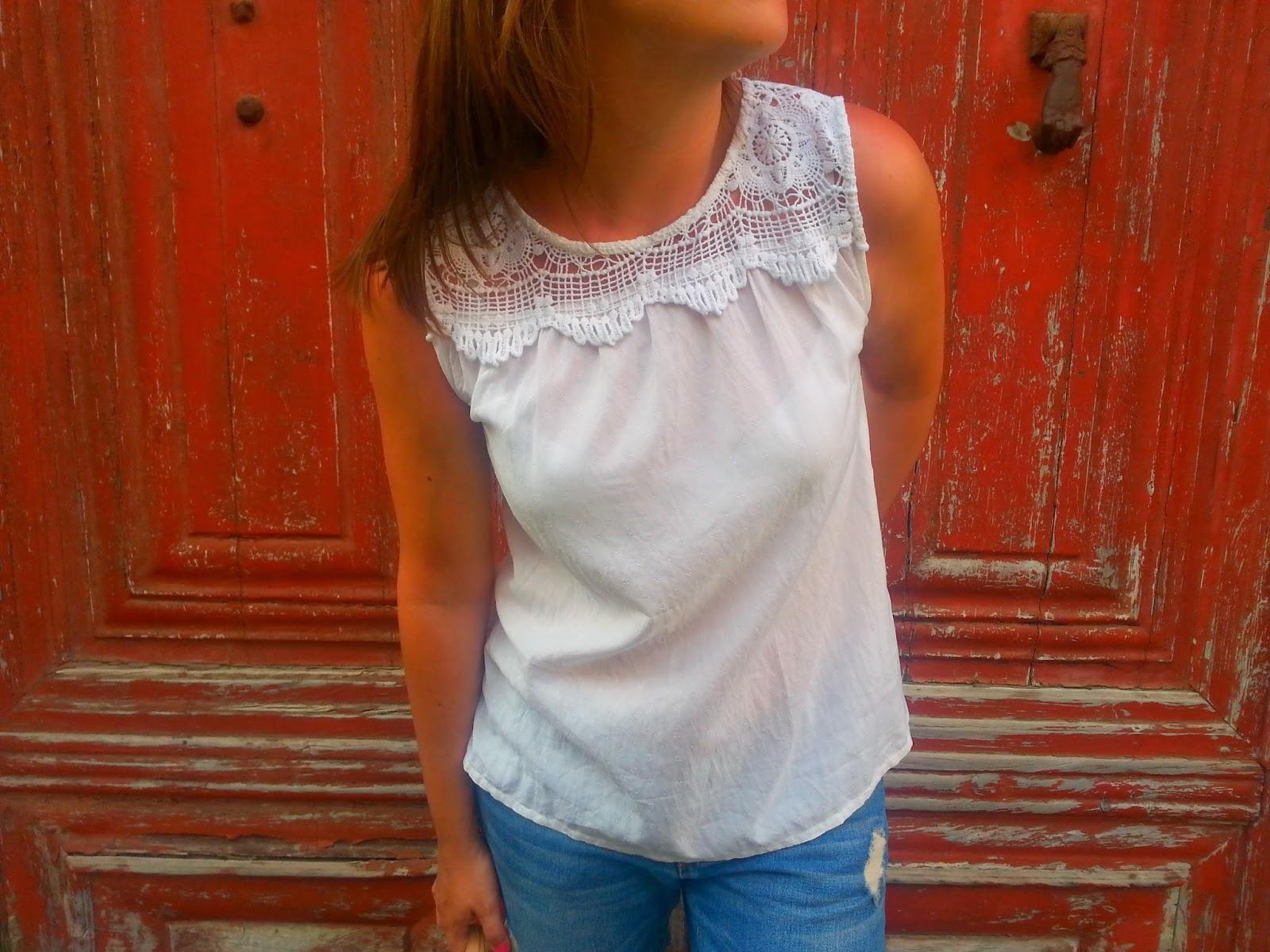 Outfit ideal para verano, camisa blanca de ichi, pantalón boyfriend de Pimkie y unas ugly sandals, perfecto para dar paseos de verano
