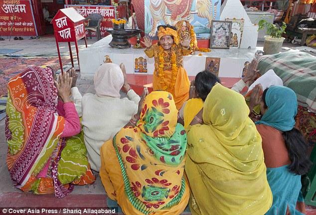 قزمة هندية تصبح راهبة يعبدها الناس