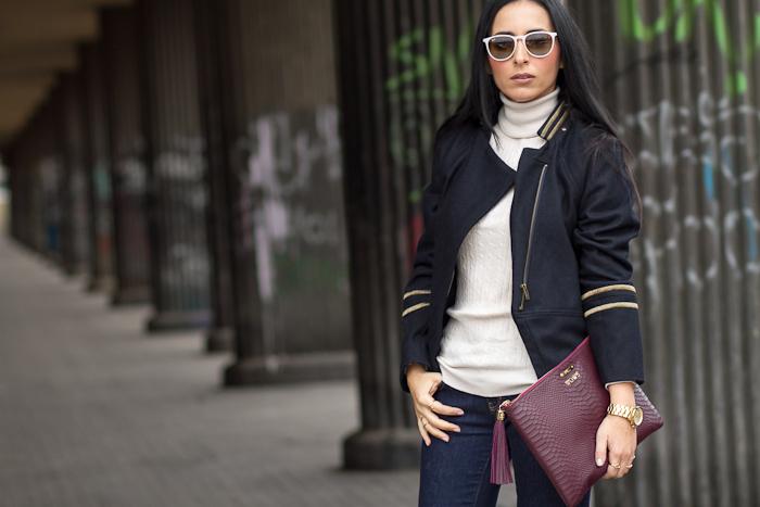 Chaqueta corta Militar azul marino y dorada con jeans y complementos en color burgundy Blogger de moda española