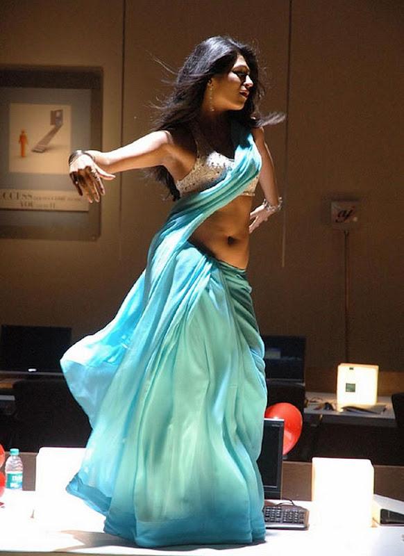 Shraddha Das Hot Showing Milky Navel Show in Saree Dancing ...