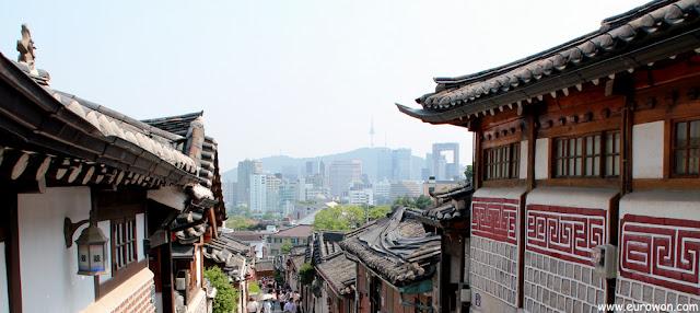 La Torre N y el edificio de Samsung vistos desde el  barrio tradicional de Bukchon