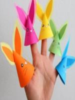 http://manualidadesparaninos.biz/marionetas-de-dedos-de-conejitos/