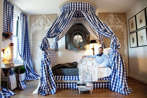 Do you like the cocoon of curtains surrounding your bed or do you prefer the unencumbered look? Leave me a quick note and tell me what you think. & The Domestic Curator: Canopy Beds for Awe-Inspiring Sleep