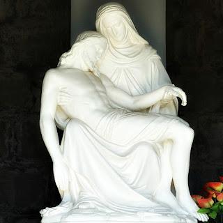 Reprodução de Pietá no Morro Calvário. Jesus morto nos braços da Virgem Maria.