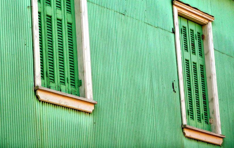 Architektur Lefkada Stadt: Wellblech in Türkis als Hausverkleidung