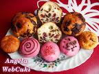 Túrós muffinok tésztája reszelt citromhéjjal, valamint reszelt csokoládéval és vörös áfonyával van ízesítve.