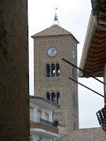 El magnífic campanar romànic de tres pisos de l'església de Sant Genís de Taradell