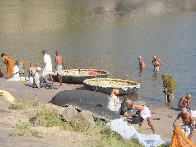 Круглые лодки у реки в Хампи