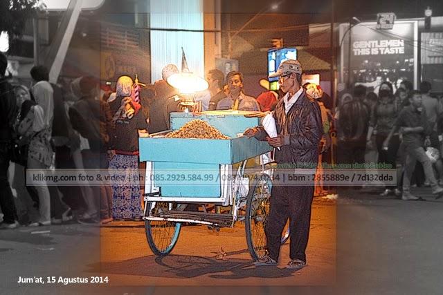 Sambari mencari sesuap Nasi dalam perayaan HUT Kemerdekaan RI yang berlangsung hingga dini hari.