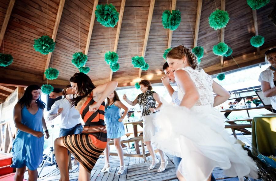 Novios bailan alegremente entre invitados