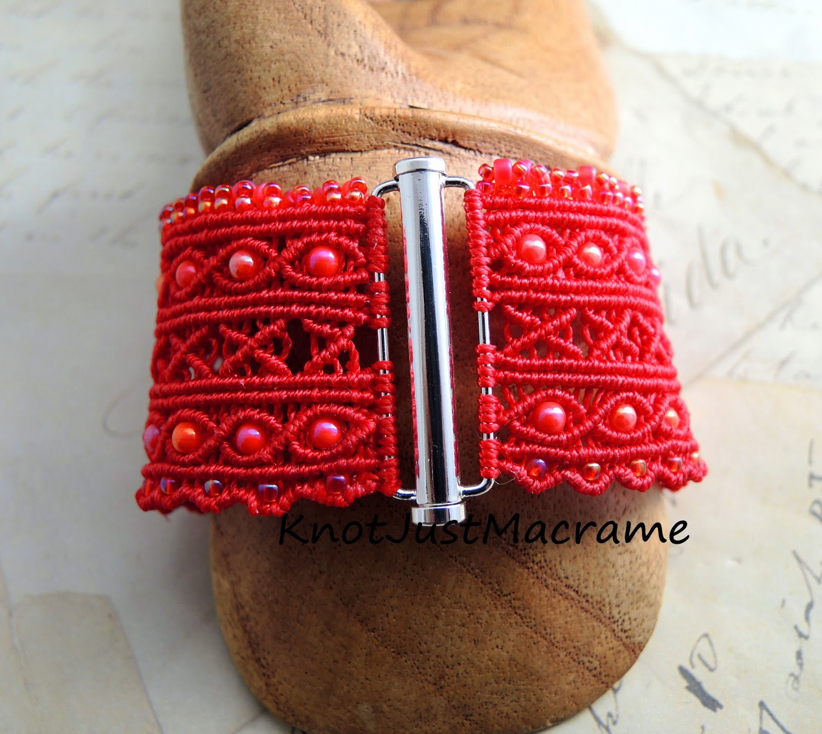 Closure of macrame cuff