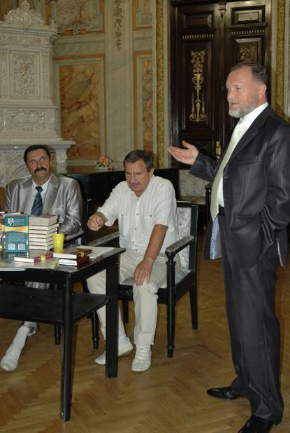 Фото Виталия Бабенко: писатель Сергей Пономаренко (слева)