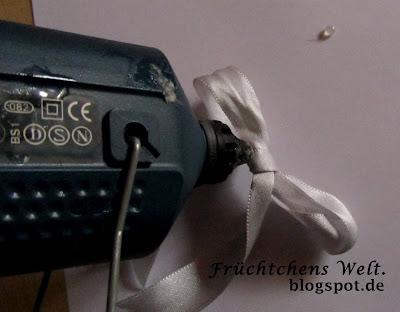 DIY Aufbewahrungs-Box - Schleife festkleben