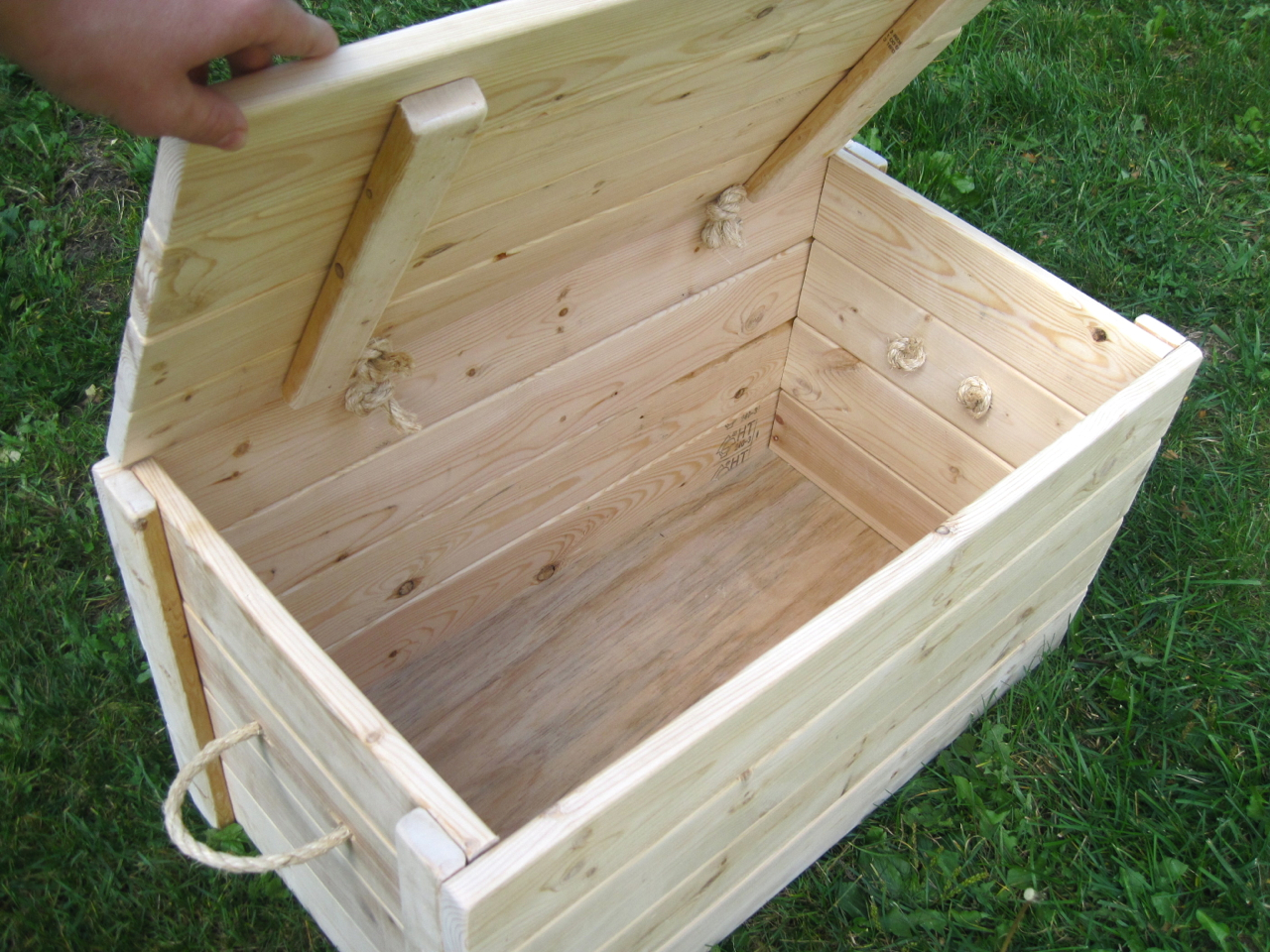 Easy plans for a toy box quick woodworking projects Build your own toy chest
